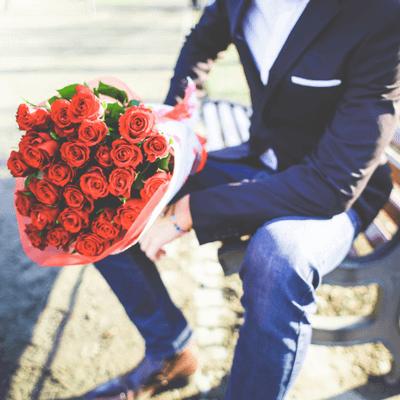 バラの花束とエリート男性